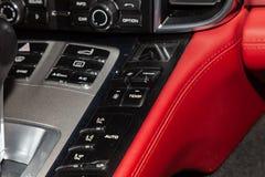 La sezione comandi centrale sul pannello dentro il primo piano dell'automobile con controllo di clima e l'audio sistema e un foro immagini stock