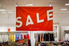 La sezione di vendita di un deposito dei vestiti immagini stock libere da diritti
