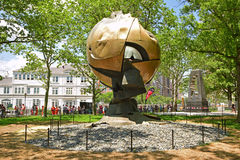 La sfera è una grande scultura metallica visualizzata nel parco di batteria, New York Immagine Stock