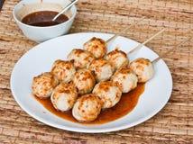 La sfera arrostita del porco versa con salsa piccante dolce Immagine Stock