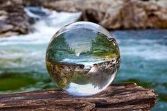 La sfera della palla di cristallo rivela il paesaggio della cascata Fotografie Stock