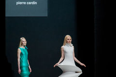 La sfilata di moda Pierre Cardin nella settimana di modo di Mosca Con affetto per l'Caduta-inverno 2016/2017 della Russia Immagini Stock Libere da Diritti