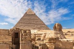 La Sfinge di Grreat, rovine del tempio di Giza e il Puramid di Kafre, Il Cairo, Egitto immagine stock libera da diritti