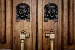 La Sfinge dirige l'entrata sulla porta di legno Fotografia Stock