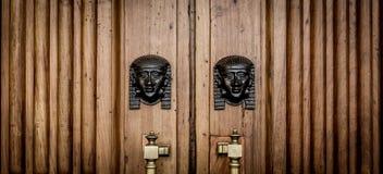 La Sfinge dirige l'entrata sulla porta di legno Immagine Stock