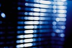 La sfuocatura blu astratta della città che accende l'abbagliamento digitale del chiarore della lente, ciechi accende il fondo fotografia stock libera da diritti