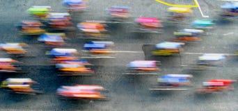La sfuocatura di un pelaton ad alta velocità durante la corsa del ciclo Immagine Stock