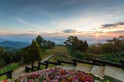 La sfuocatura Huai Nam Dang del fondo è una posizione di vantaggio per vedere il sunr Fotografia Stock