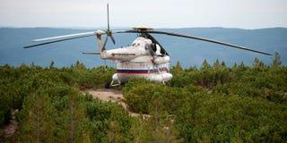 La Siberia, Russia - 27 agosto 2013: Elicottero MI-8 atterrato sul mountian immagini stock libere da diritti