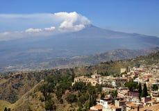 La Sicilia, Italia, con Etna Immagini Stock