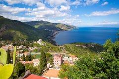 La Sicilia, Italia Il mare ionico e le belle montagne abbelliscono nel giorno di estate luminoso, Taormina fotografia stock