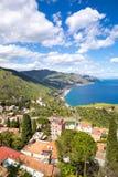 La Sicilia, Italia Il mare ionico e le belle montagne abbelliscono nel giorno di estate luminoso, Taormina immagini stock