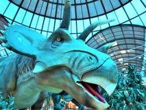 La SICILIA, ITALIA - 21 MAGGIO 2019 - modello realistico del dinosauro nel supermercato immagine stock
