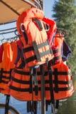 La sicurezza conferisce al people& x27 di risparmi dell'arancia; vite di s Fotografie Stock Libere da Diritti