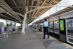 La sicurezza della guardia sta aspettando lo skytrain di BTS alla stazione immagine stock libera da diritti