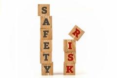 La sicurezza ed il rischio esprimono scritto su forma del cubo Fotografie Stock Libere da Diritti
