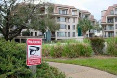 La sicurezza segnale di pericolo dentro la zona residenziale fotografia stock libera da diritti