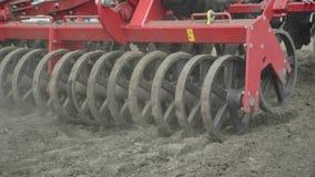 La siembra de proceso aró el campo con el equipo de la siembra Maquinaria de cultivo almacen de video