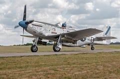 La sierra Sue del mustang P-51 II si muove sulla pista di rullaggio Fotografie Stock Libere da Diritti