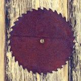 La sierra vieja en textura de madera Fotografía de archivo
