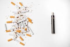 La sigaretta elettronica contro le sigarette analogiche è metallo molto migliore del cromo di lucentezza Fotografia Stock
