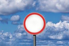 La signalisation masque le ciel bleu de conseil avec le fond de nuage image stock