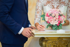 La signature du contrat de mariage Jour du mariage photographie stock libre de droits
