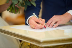 La signature du contrat de mariage Jour du mariage images stock