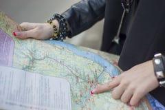 La signora esamina la mappa fotografia stock libera da diritti