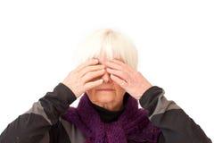 La signora più anziana con cosegna i suoi occhi Fotografia Stock