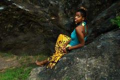 La signora si siede sulla roccia Immagine Stock Libera da Diritti