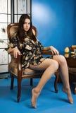 La signora in un azzurro colora il boudoir fotografie stock