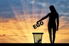 La silhouette d'une femme jette l'amour-propre de mot dans la poubelle de déchets Images libres de droits