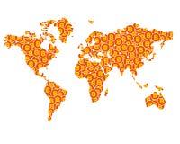 La silhouette de carte du monde créée des pièces de monnaie avec le bitcoin signe Photos stock