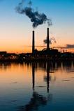 La silhouette de centrale se reflète dans l'eau Image libre de droits