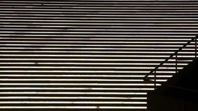La silhouette de femme sur un escalier s'allume banque de vidéos