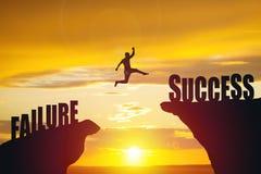 La silhouette de l'homme d'affaires sautent au texte de succès Photos stock