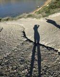 La silhouette de l'homme et la femme figurent sur le fond naturel d'herbe Corps d'homme sur une terre photos stock