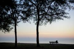 La silhouette de l'homme sur la plage Images stock