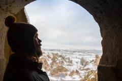 La silhouette de l'homme tient la sortie de la caverne, regarde la lumière - les montagnes concept de la liberté de choix, désir  photo stock