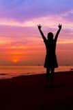 La silhouette de la femme avec des mains se lèvent et en montrant JE T'AIME connectez-vous Photo stock