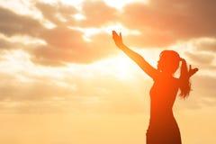 La silhouette de la femme prient image libre de droits