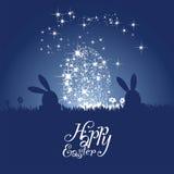 La silhouette de lapin de Pâques tient le premier rôle le fond bleu de nuit d'oeufs Photo stock