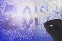 La silhouette de main écrit sur les schémas gelés 2019 de fenêtre Le concept d'attendre la nouvelle année Lumière du soleil par c photo stock