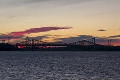 La silhouette de pont de Pierre Laporte contre cela du pont 1919 de Québec historique au-dessus du St Lawrence River photo stock