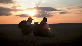 La silhouette de pour deux hommes sur le dessus de la montagne avec des sacs ? dos et de toute autre vitesse exprimant l'?nergie  clips vidéos