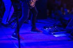 La silhouette de tache floue du musicien de roche au concert de rock abstrait Image stock