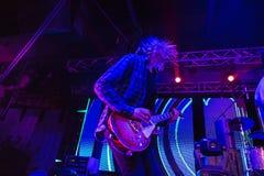 La silhouette de tache floue du musicien de roche au concert de rock abstrait Image libre de droits