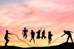 La silhouette des personnes de grooup rope sauter avec au crépuscule, teamw photographie stock