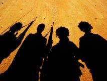 La silhouette des soldats Photo stock